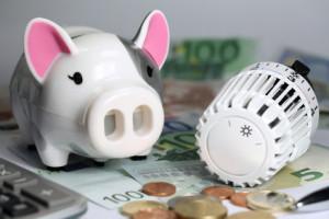 Heizkosten - Regelventil mit Sparschwein und Euros - g574